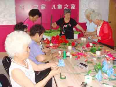丰富老人生活 绢花制作