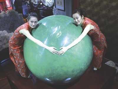 直径1米68要好几个人才能环抱过来 世界上最大的夜明珠