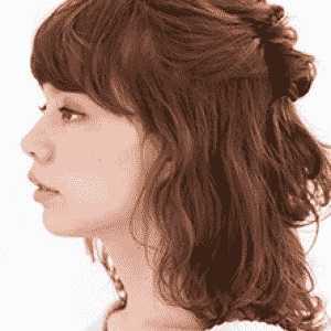 齐刘海半扎发减龄更显气质 齐刘海卷发发型