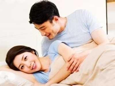 """女人都喜欢男人这些""""小动作"""" 女人喜欢压着男人睡"""