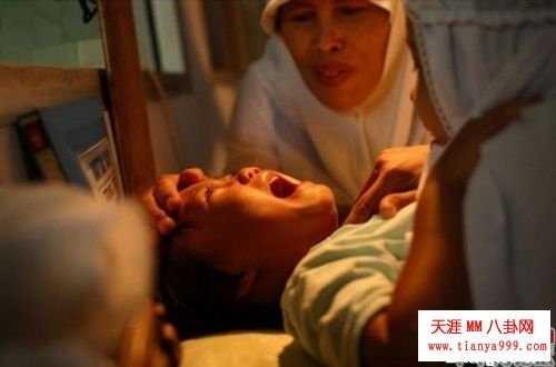 现场直击印尼女子割礼割阴手术 印尼割阴手术