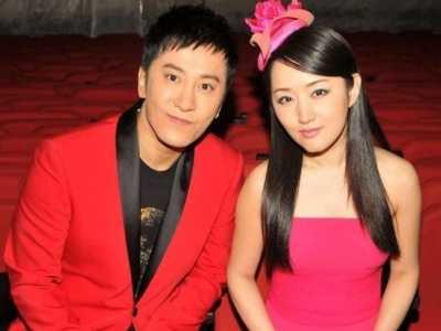 近期毛宁和老婆的生活照被爆出 李静萍